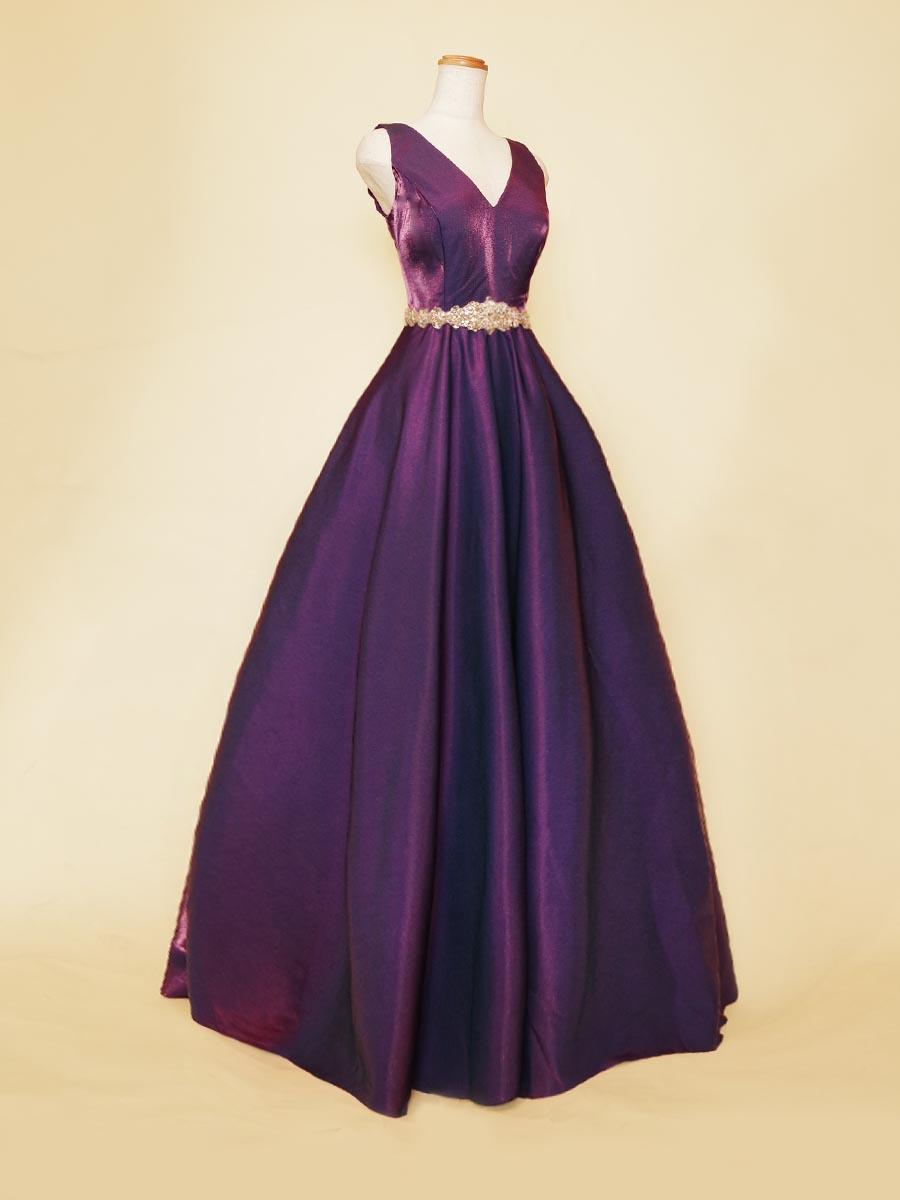 ディープパープルのメタリックな光沢が美しいVネック肩袖デザインのステージボリュームドレス