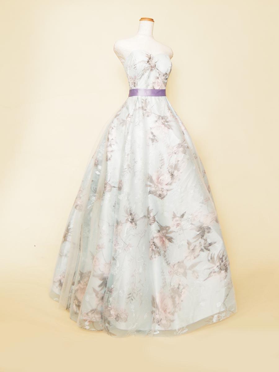花と蝶々のメルヘンで柔らかい印象のホワイト×スカイブルーボリュームドレス