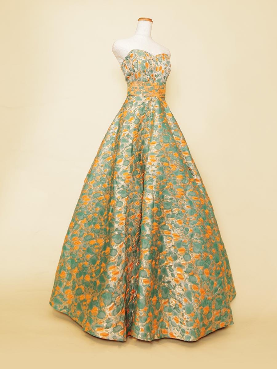 ネオンオレンジと淡いグリーンの組み合わせが個性が際立つジャガードボリュームドレス