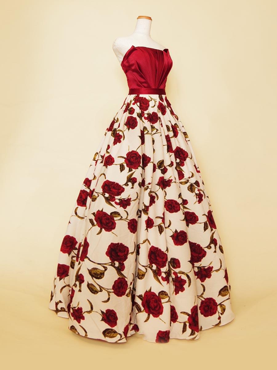 真っ赤な薔薇のリップル生地スカートが大人な雰囲気漂うコンサートドレス
