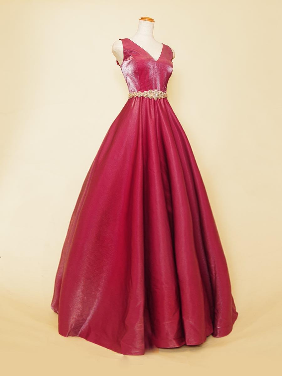 ワインピンクカラーの色合いが上質な大人の女性の印象を演出してくれるボリュームシルエットのステージドレス