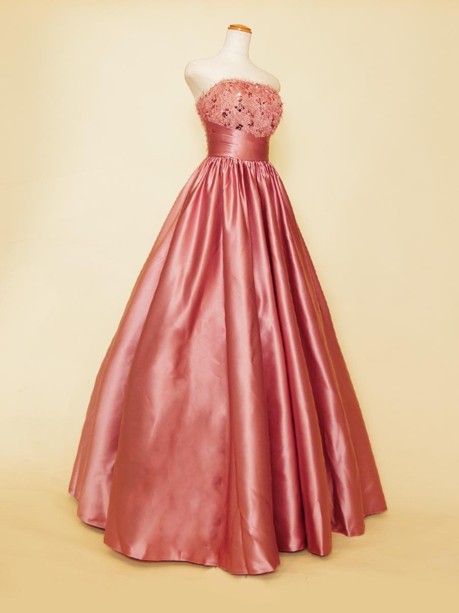 ダスティーピンクカラーのフラフィーバストがお洒落で高級感を感じさせるコンサートプリンセスラインドレス