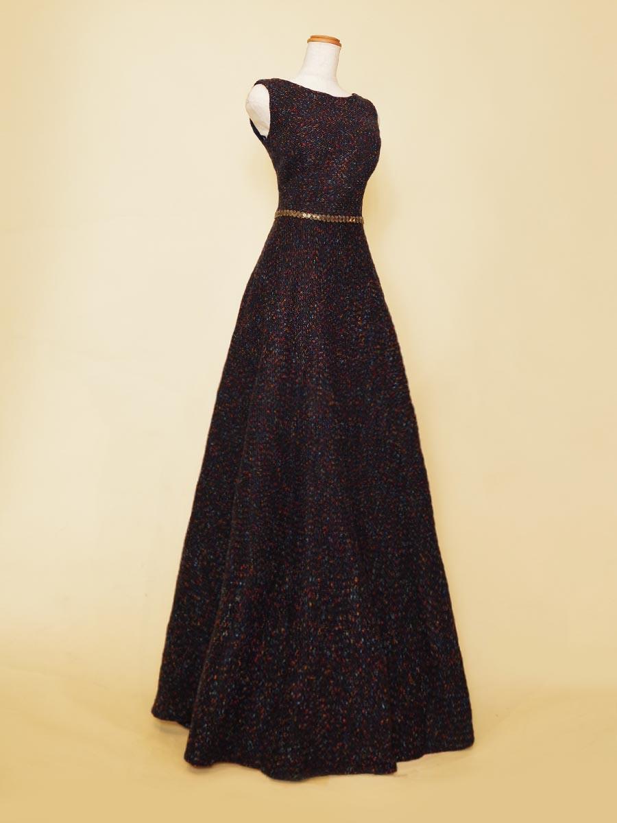 シンプルな肩袖デザインが多彩なシーンで活躍するネイビーカラーのツイードドレス