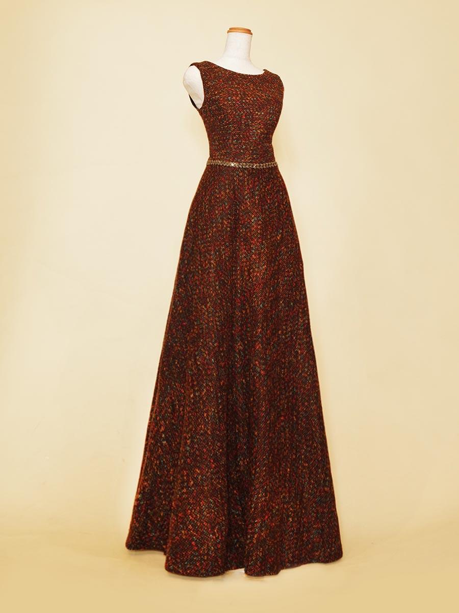 ブラウンベースのミックスツイードがエレガントなスレンダードレス