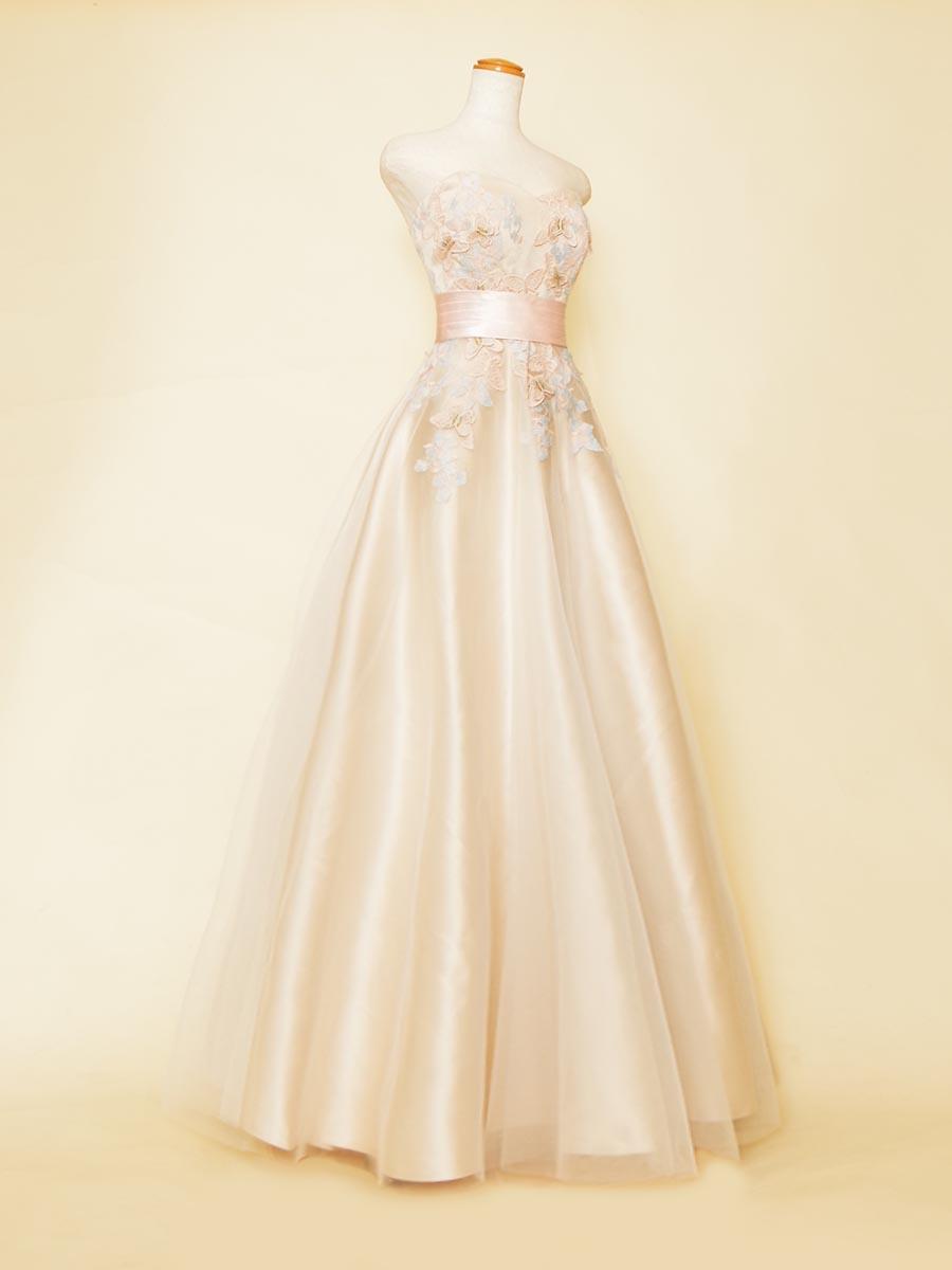 優しい色合いのベージュ×ピンクの温かみとお姫様感が溢れるAラインシルエットのコンサートロングドレス