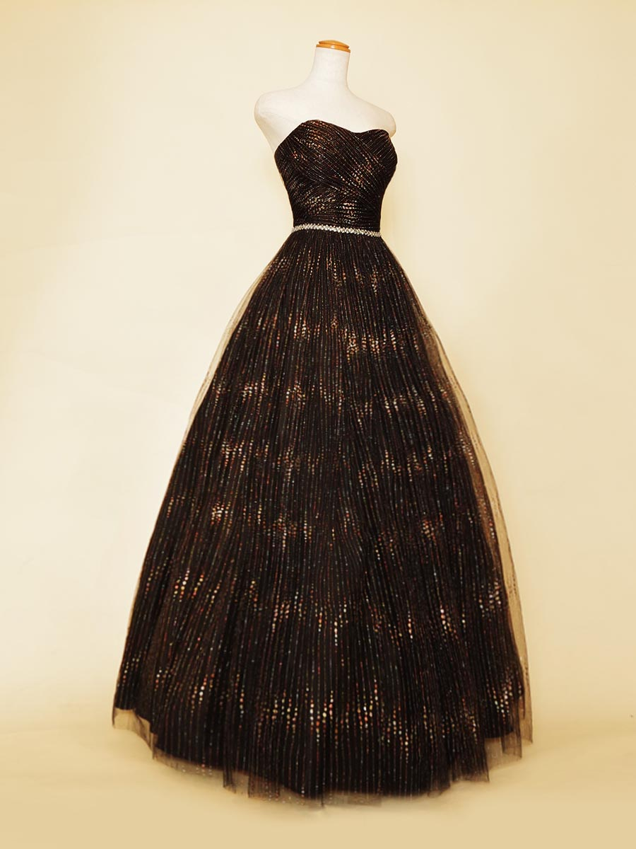ディープな煌びやかさがミステリアスな美しさを表現したブラックストライプグリッタードレス