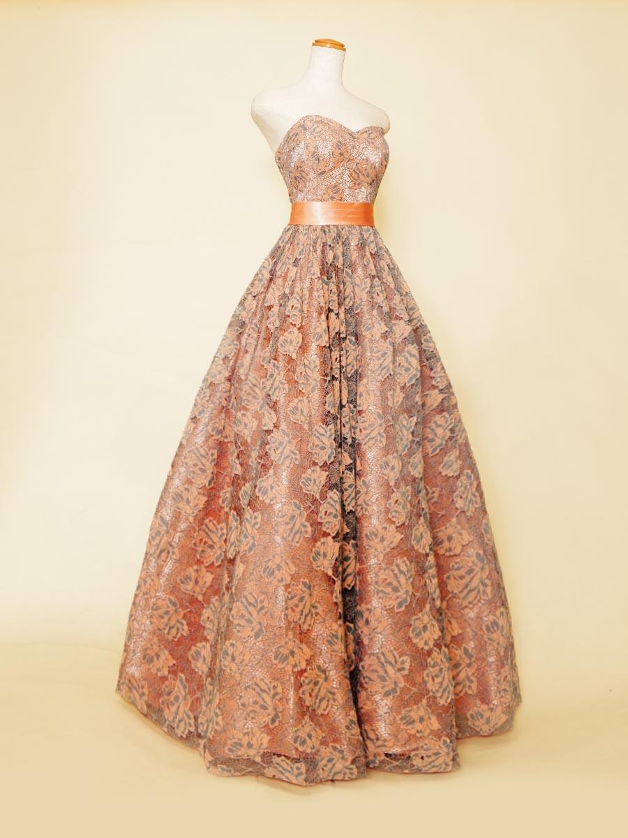 オレンジカラーのレース刺繍がファッショナブルで温かみを感じさせるボリューム演奏会ドレス