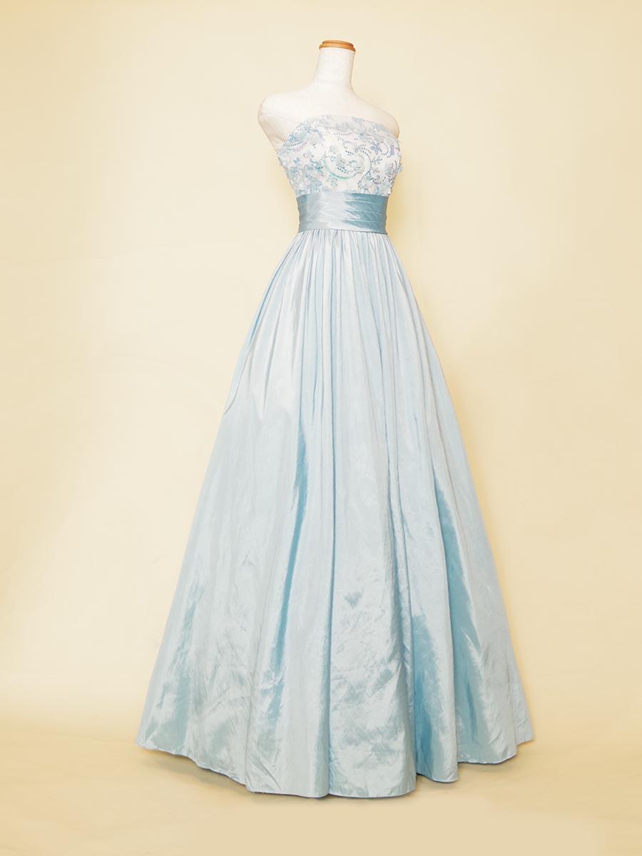 スカイブルータフタスカートと胸元のカラフルなブルーベースのスパンコール装飾がキュートなAラインスタイルの演奏会ロングドレス
