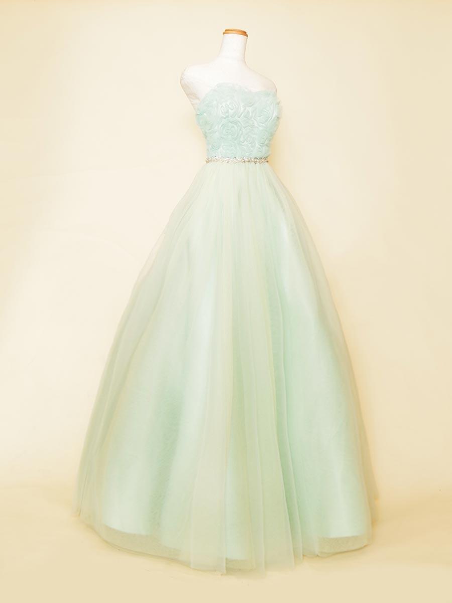 ブルーミントグリーンカラーの胸元立体フラワーデザインのキュートな存在感を放つプリンセスラインドレス