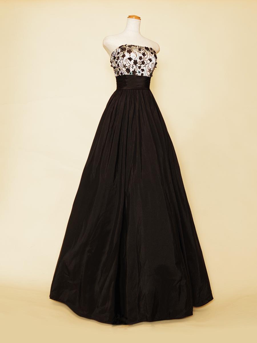 オーロラに輝くスパンコールとブラックカラーのスカートがクール魅力を放つ演奏会ドレス