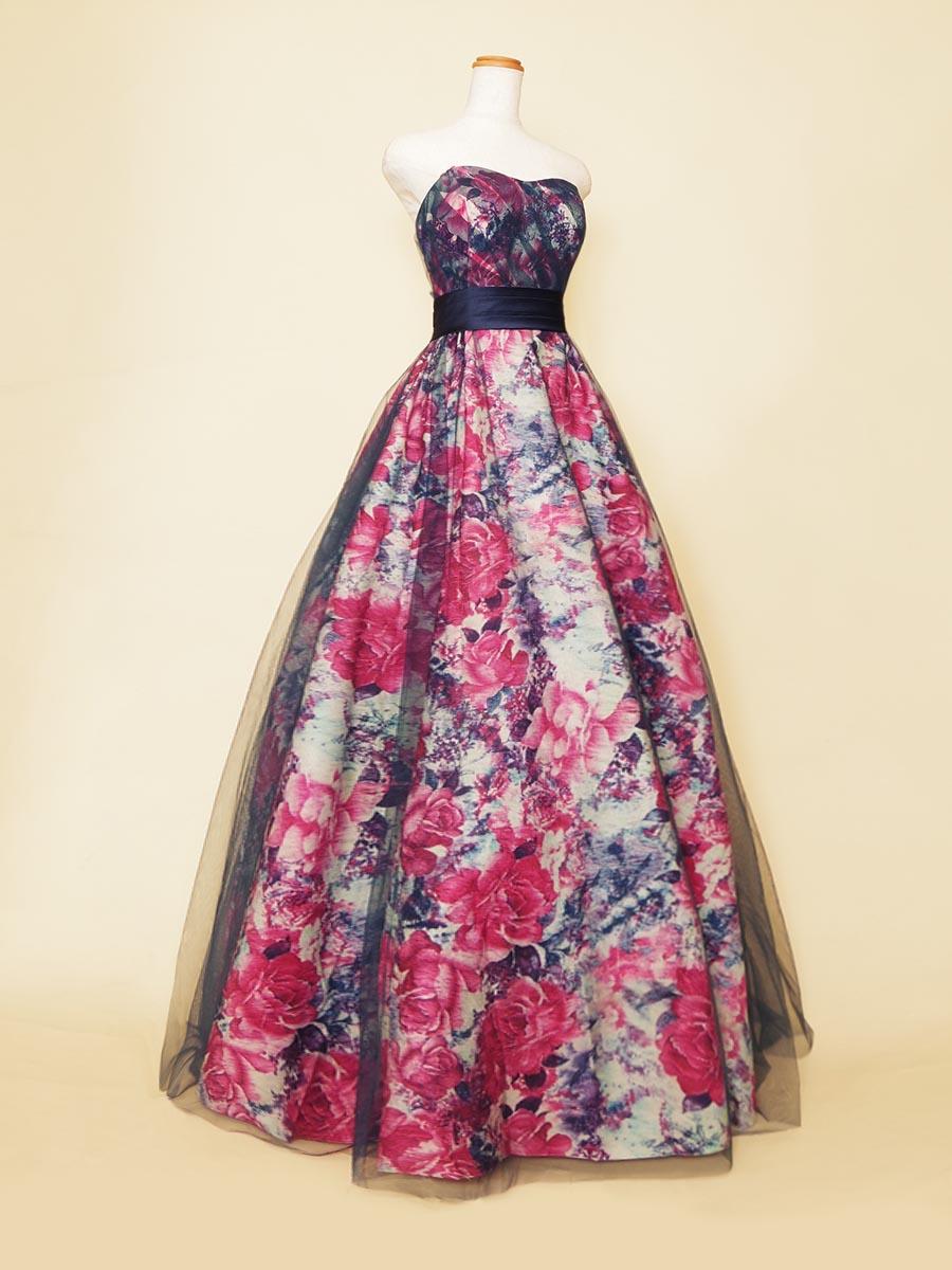 ネイビーベースにファッショナブルな花柄生地を全体に使った演奏会ボリュームドレス