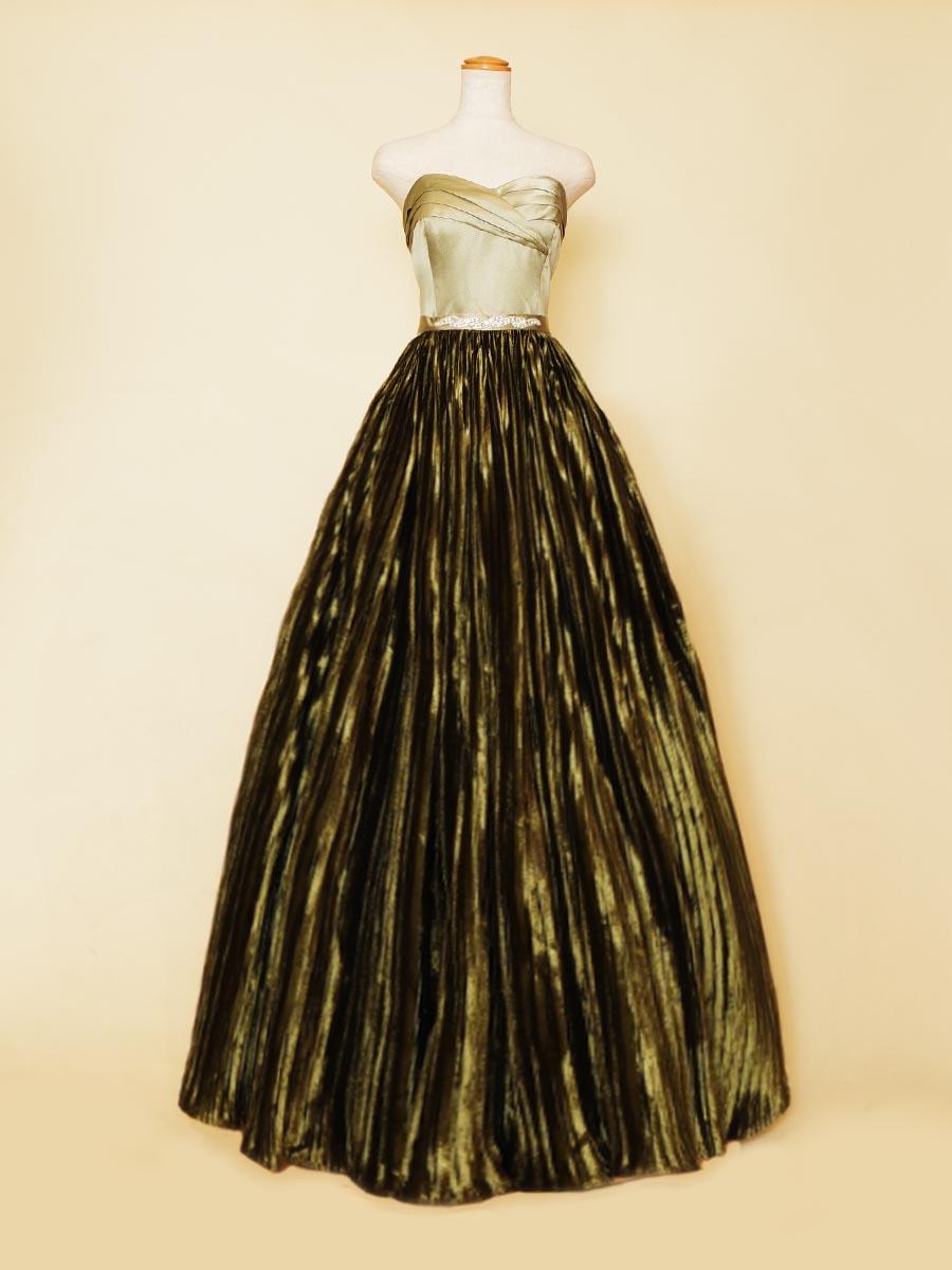 プリーツスカートでボリューム感を作り出したプリンセスラインのディープグリーンデザインドレス