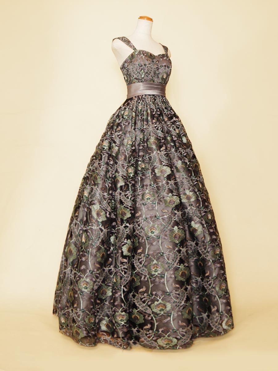 シルバーグリーンカラーの豪華な刺繍生地を贅沢に使用した肩袖付きデザインのステージロングドレス