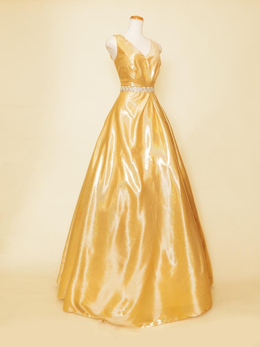 ゴールドイエローカラーの艶感が美しい肩袖スタイルのステージAラインドレス