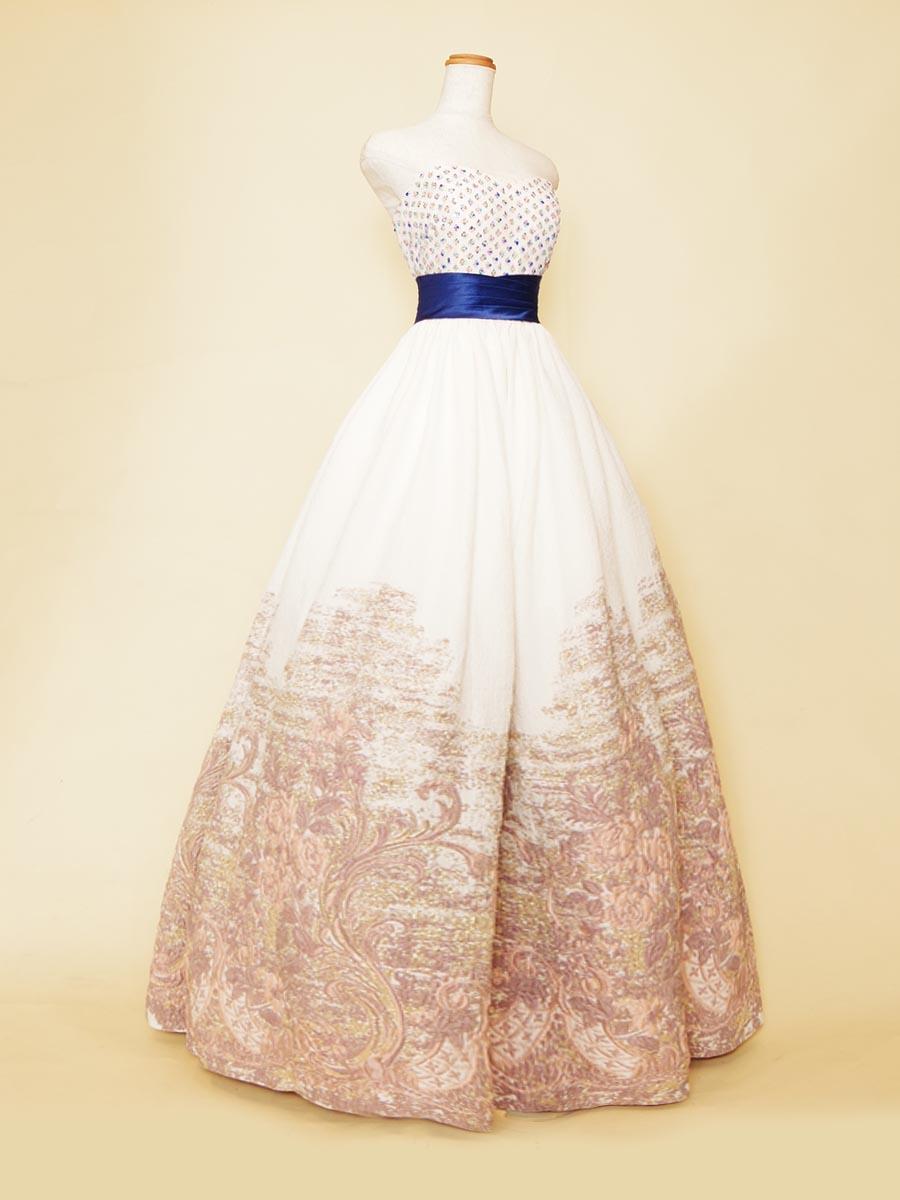 透明感のある白地ベースにネイビーの差し色を加えたふんわりボリュームのグラデーション演奏会ドレス