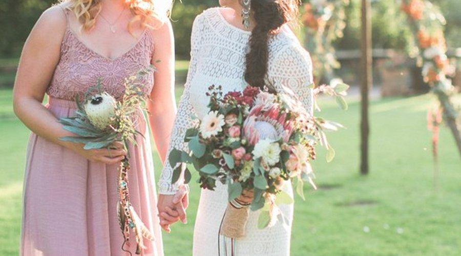 花嫁・花婿様のお母様のドレスアップに最適なカラードレスのデザインや色