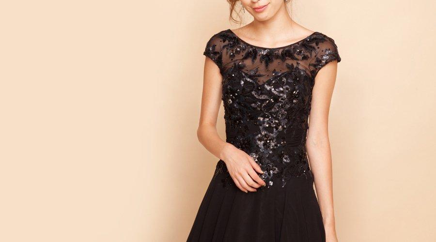袖付きカラードレスで上品に露出を抑えたドレスアップ