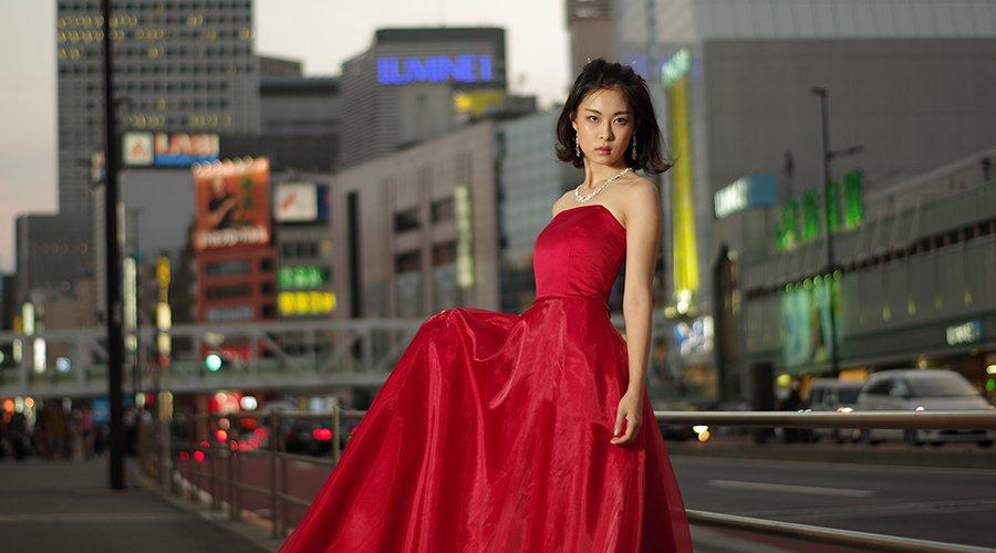 赤のカラードレスを使ったモデル撮影in新宿