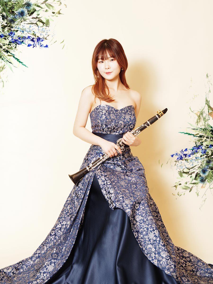 演奏会を豪華にしてくれるアシンメトリーデザインのネイビージャガードカラードレス