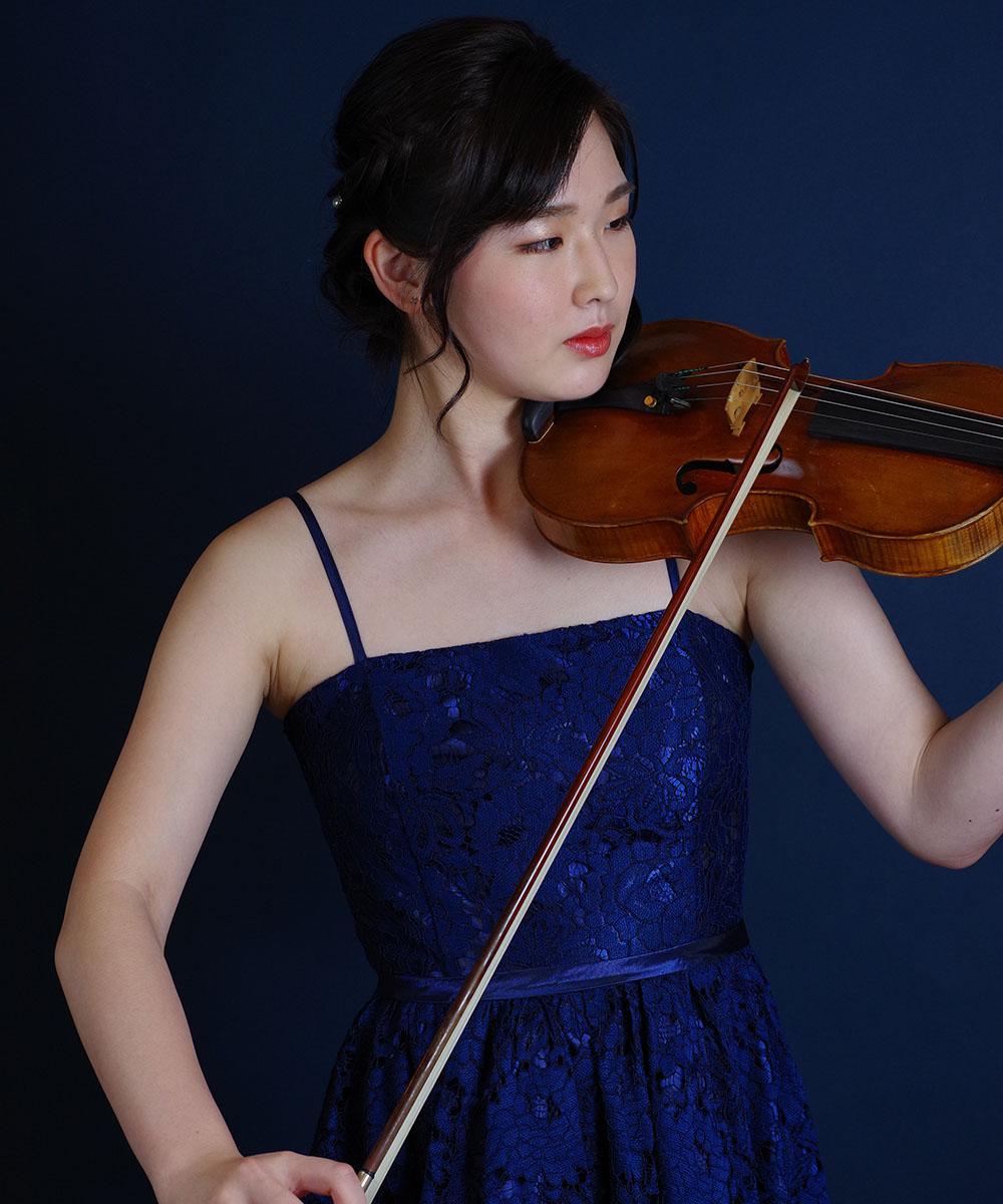ネイビードレスを着用したバイオリニストの宣材写真