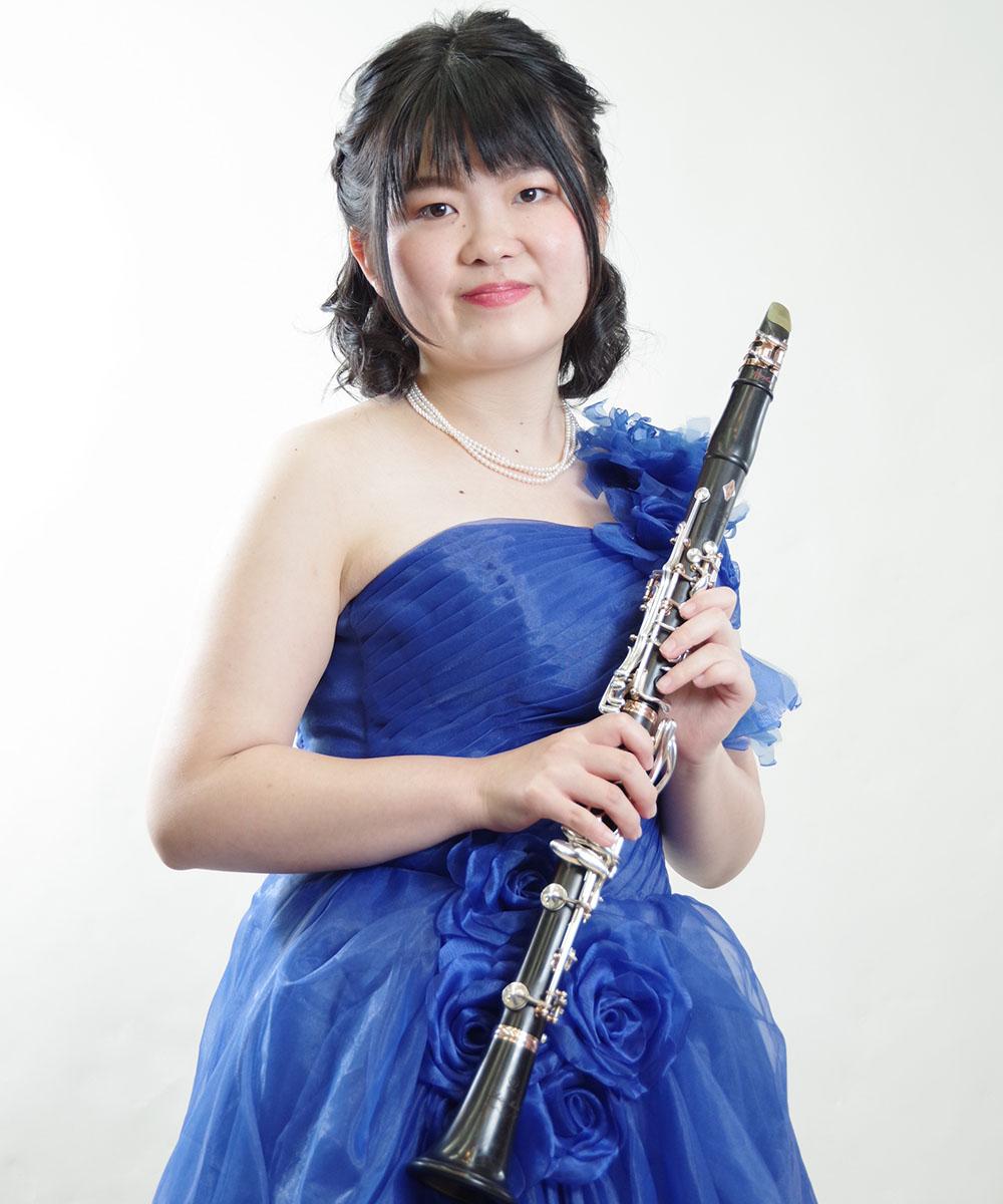 ブルーのゴージャスなカラードレスを身に纏われての写真撮影