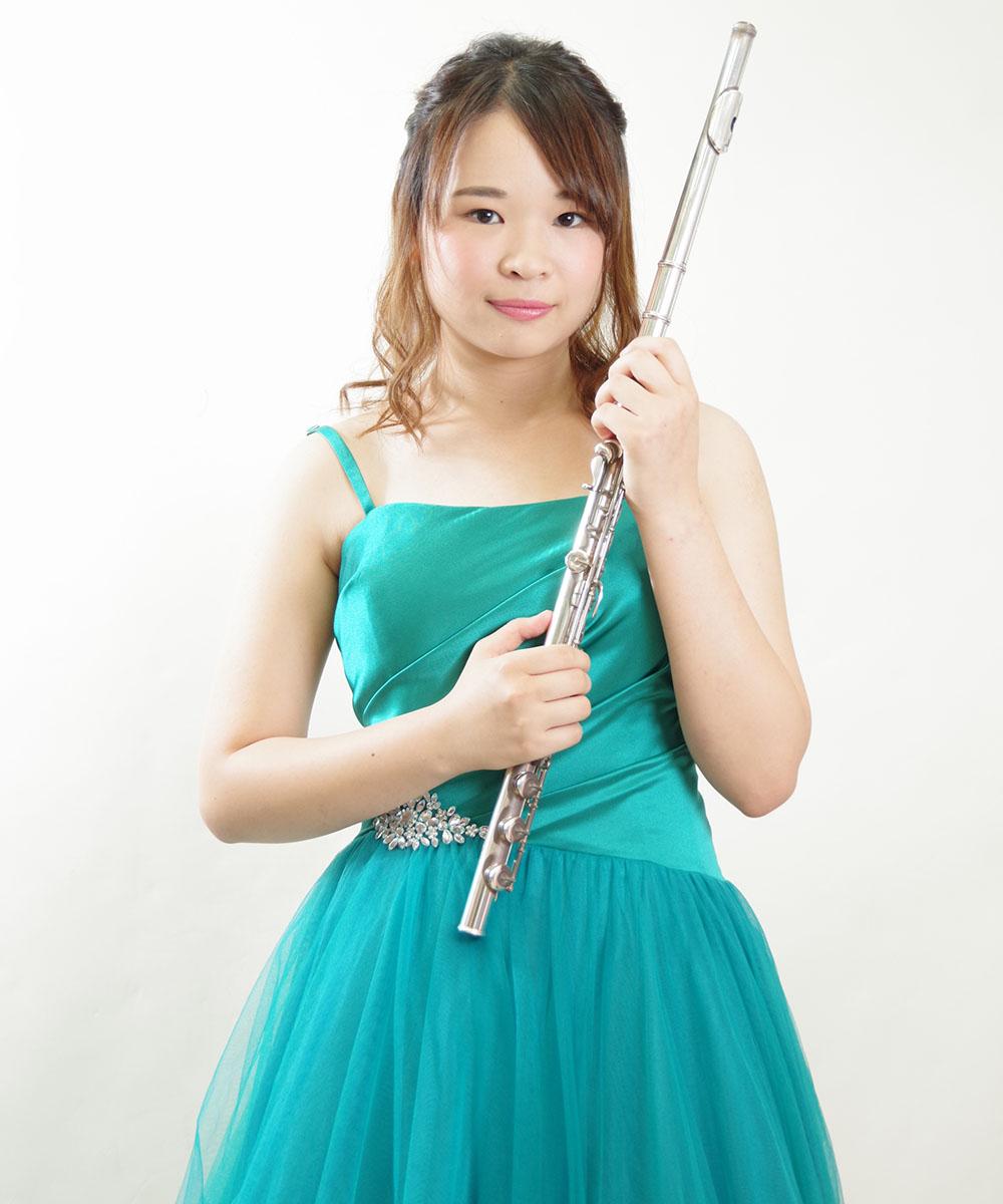 エメラルドグリーンのドレスを着用されたフルート奏者の宣材写真
