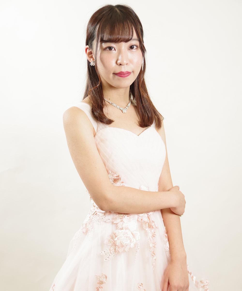 淡いピンクカラーのドレスを着てのプロフィール写真撮影