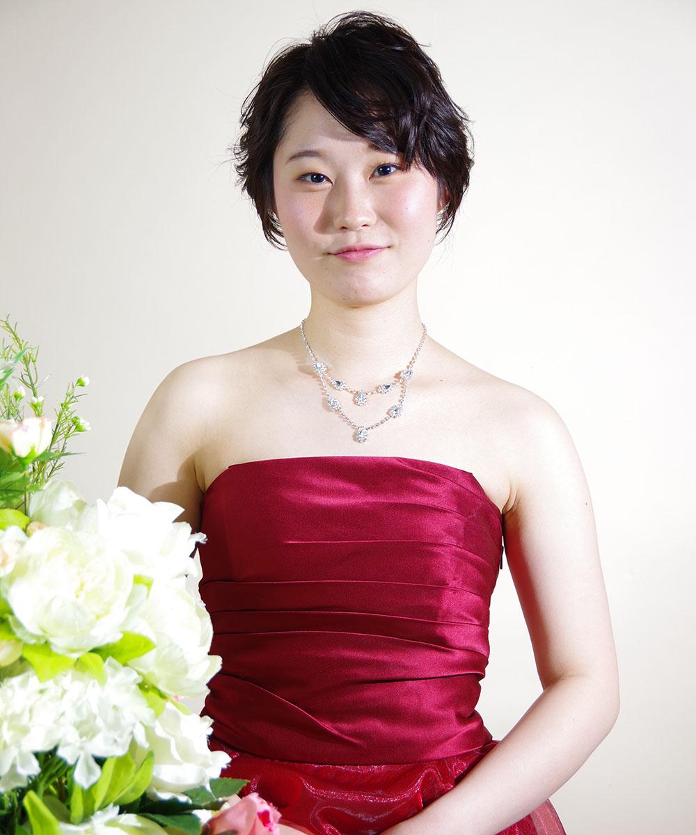 情熱的なワインレッドカラーのドレスを着たフルート奏者の宣材写真
