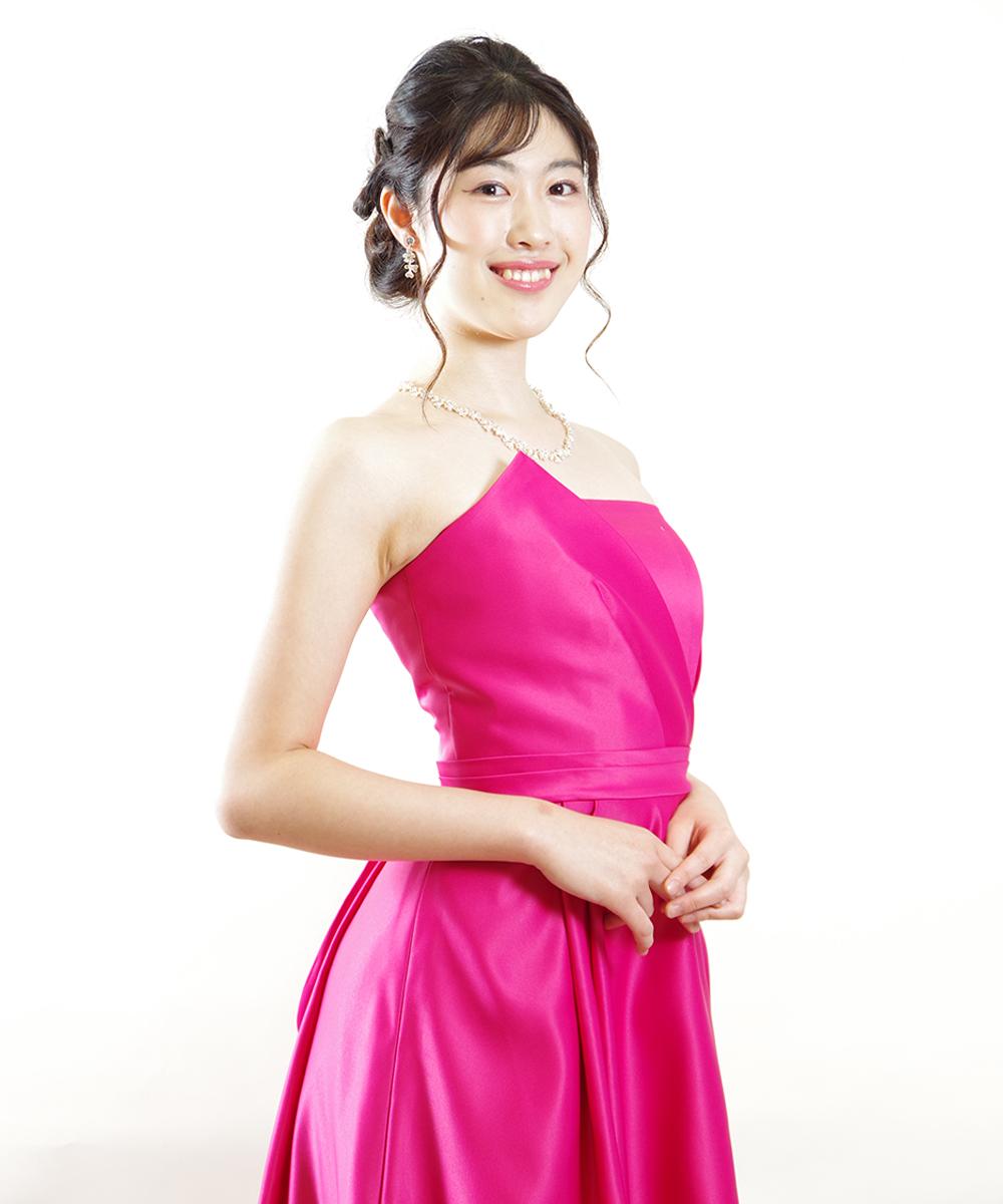 ピンクのドレスを着用されたピアニストのお客様のプロフィール写真