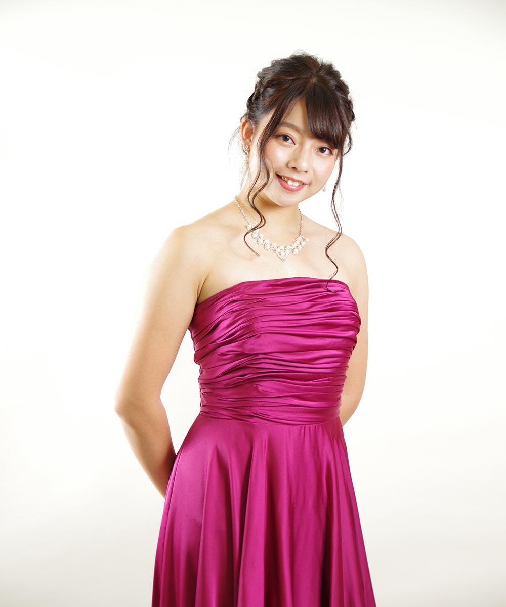強めのピンクカラードレスを着ながらのプロフィール写真撮影