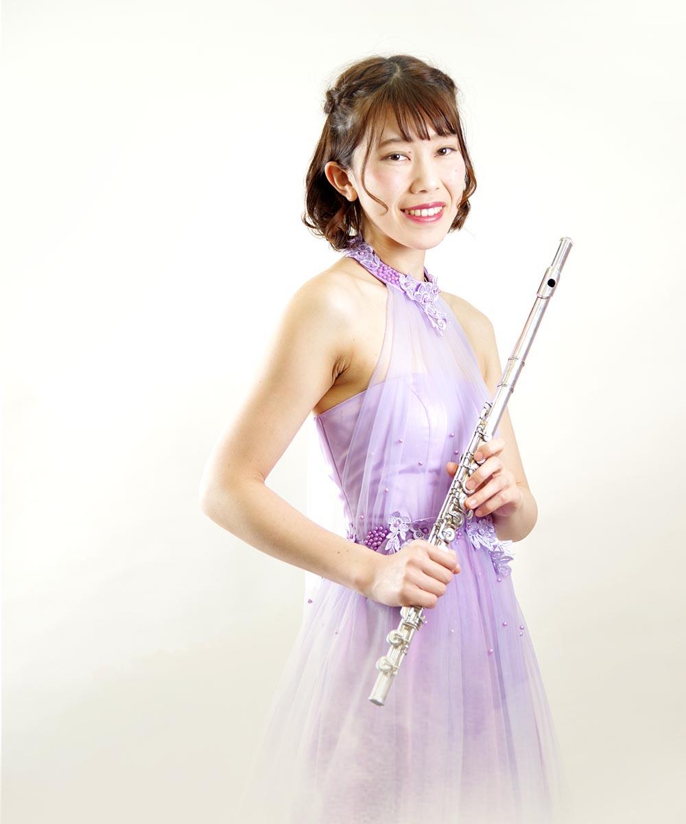 パープルドレスを身に纏ったフルート奏者のお客様のスタイリッシュなプロフィール写真