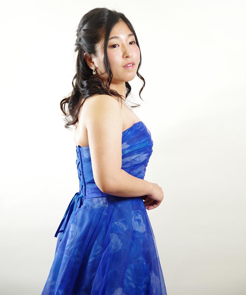ブルーのドレスがよくお似合いになるお客様の宣材写真