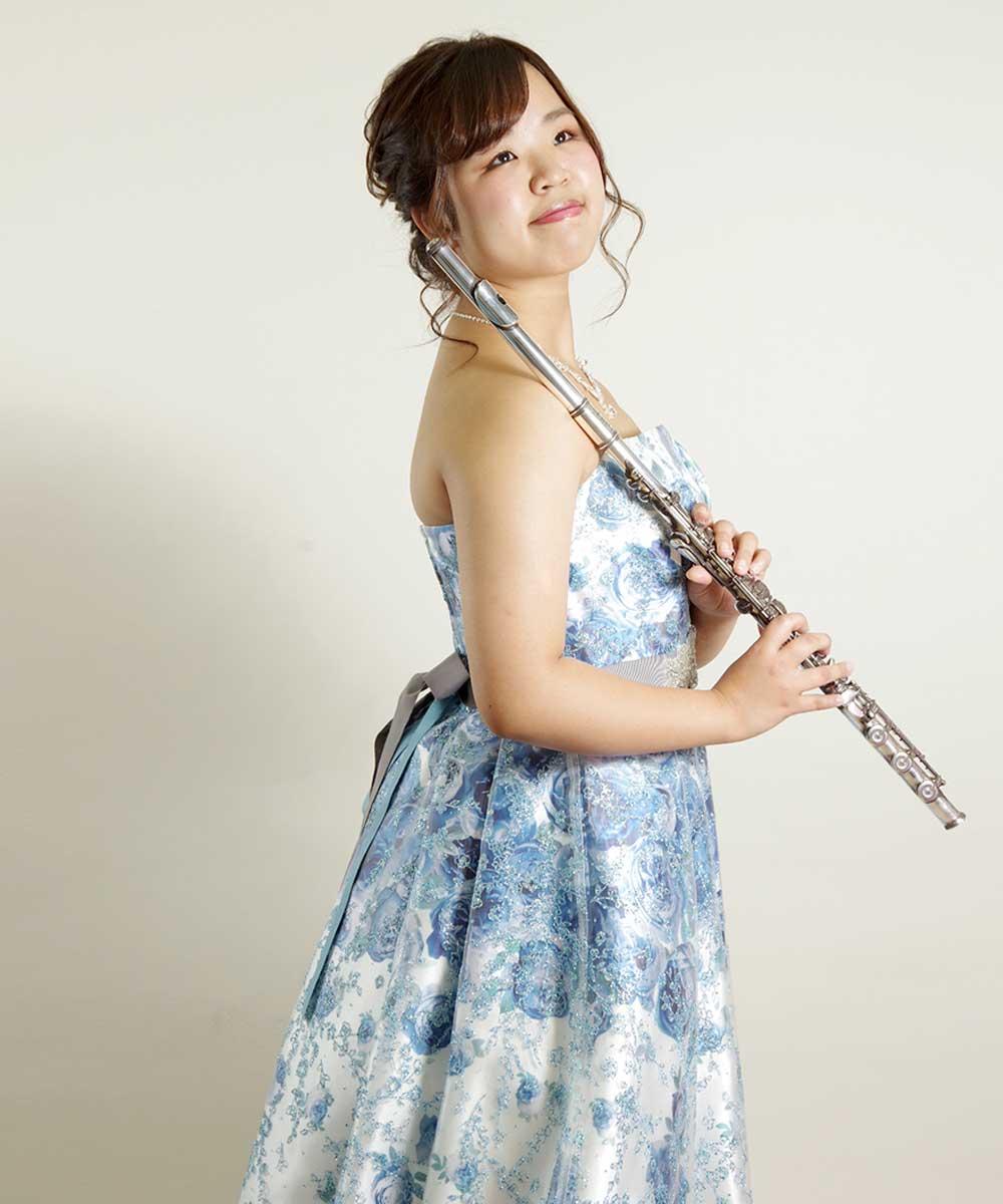 花柄のブルーのドレスを着たフルート奏者様の宣材写真