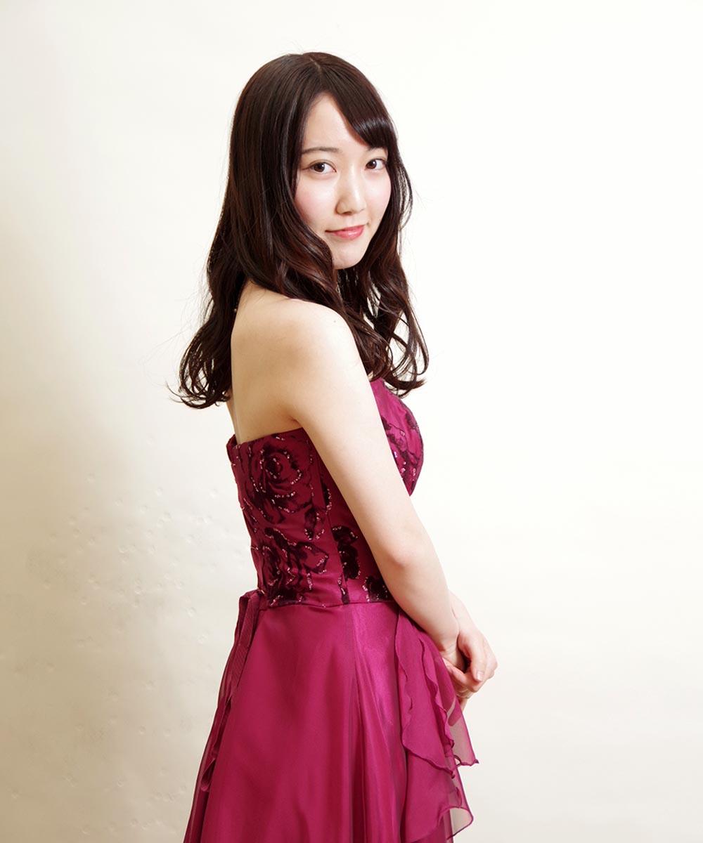 胸元のお花のデザインが可愛らしいロングドレスを着用した宣材写真