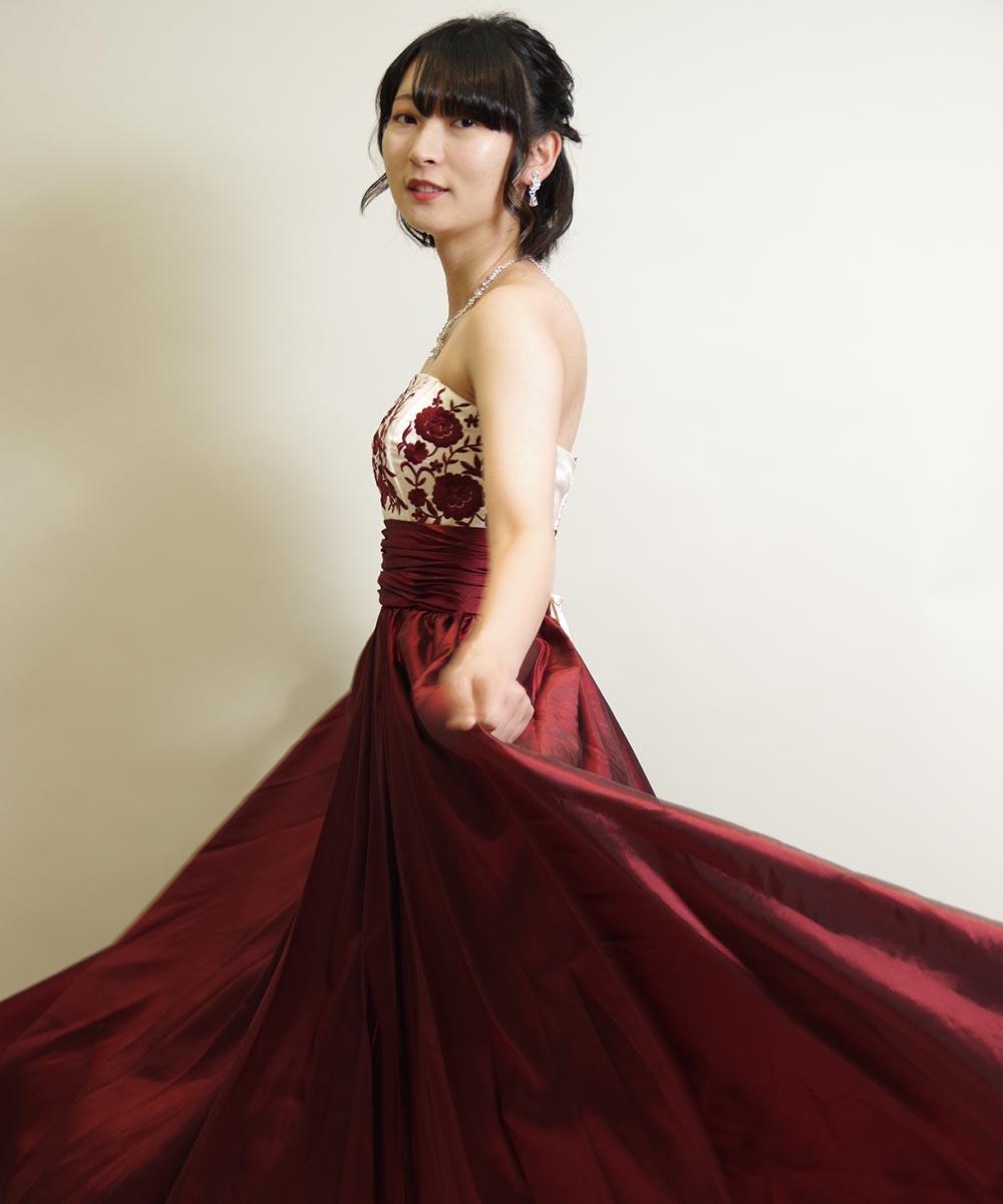 カッコいい感じの赤いドレスを着た全身撮影での宣材写真