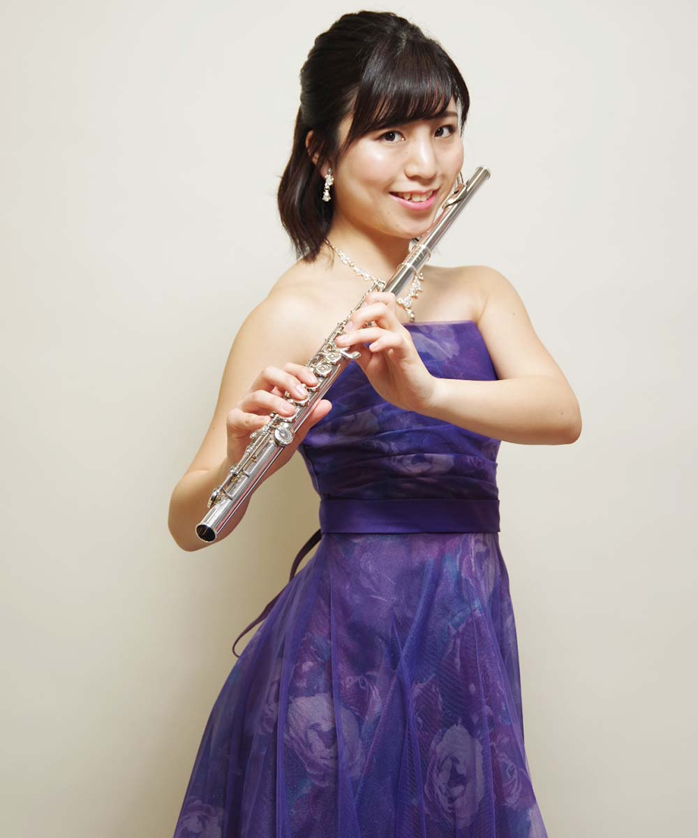 花柄プリントのカラードレスを着た演奏会用の宣材写真