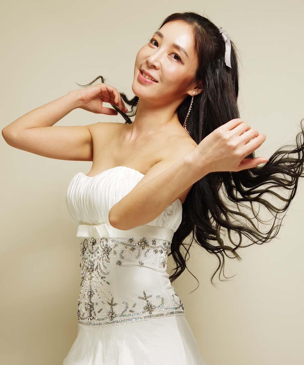髪をなびかせた白いドレスを着ての全身撮影&半身撮影