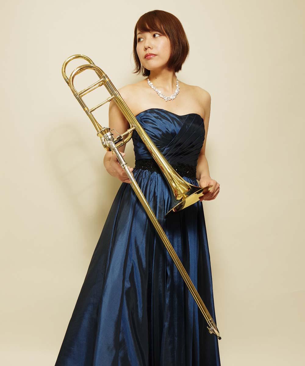 ネイビーのカラードレスを着用したトロンボーン奏者様の宣材写真