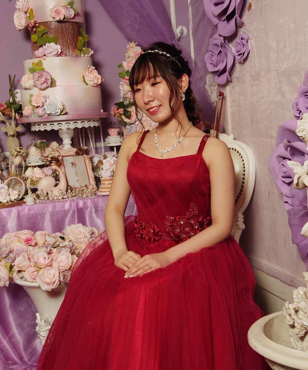 レッドのドレスを着用しての新宿で撮影した結婚式の前撮り写真