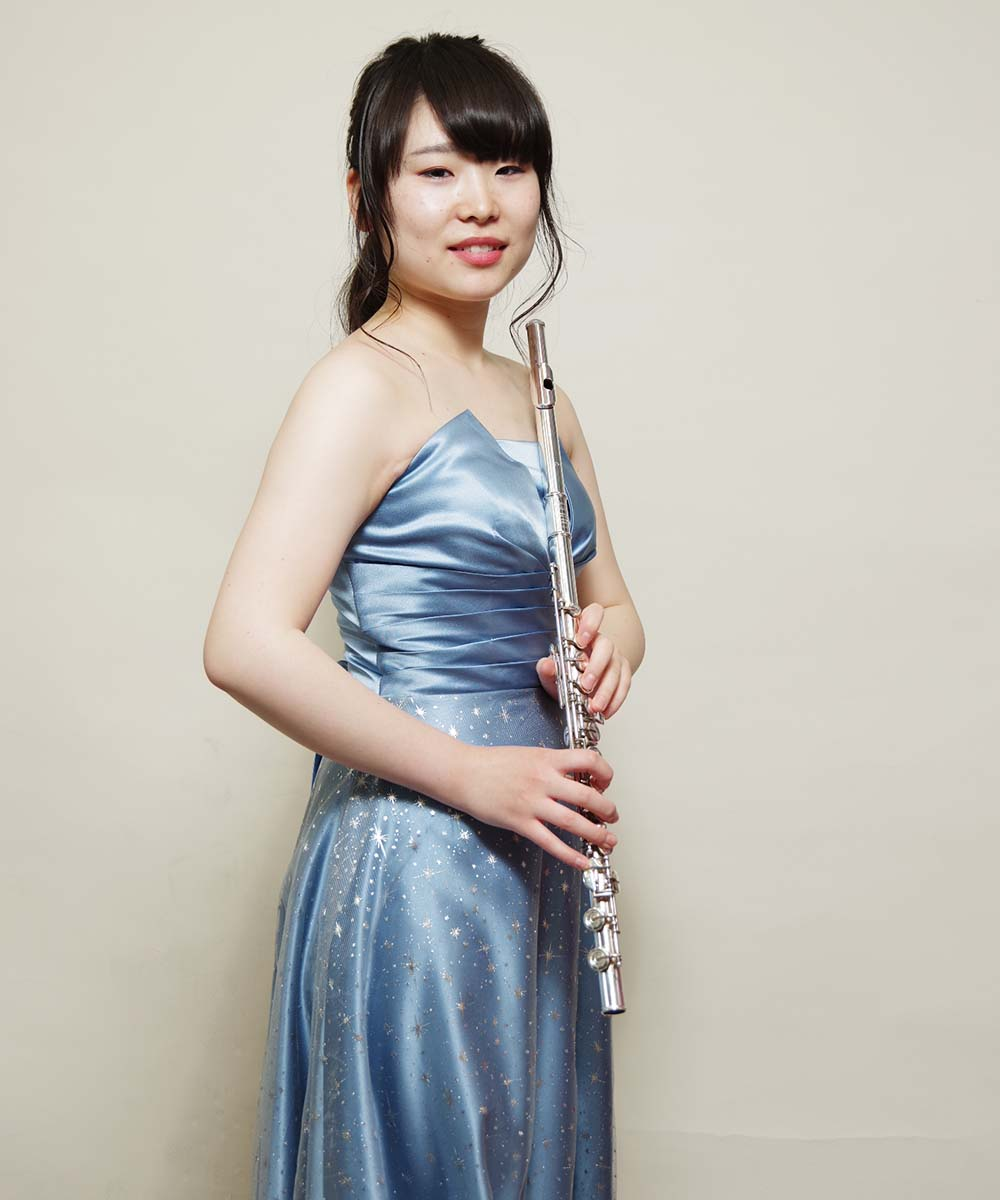 ライトブルーの新作ドレスを着用した演奏会用の宣材写真