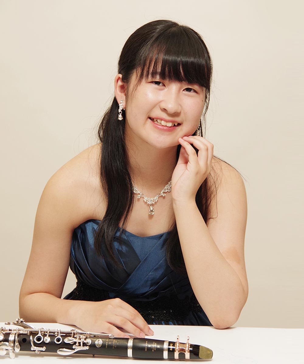 クラリネット奏者のお客様の机を使った演奏会のプロフィール写真