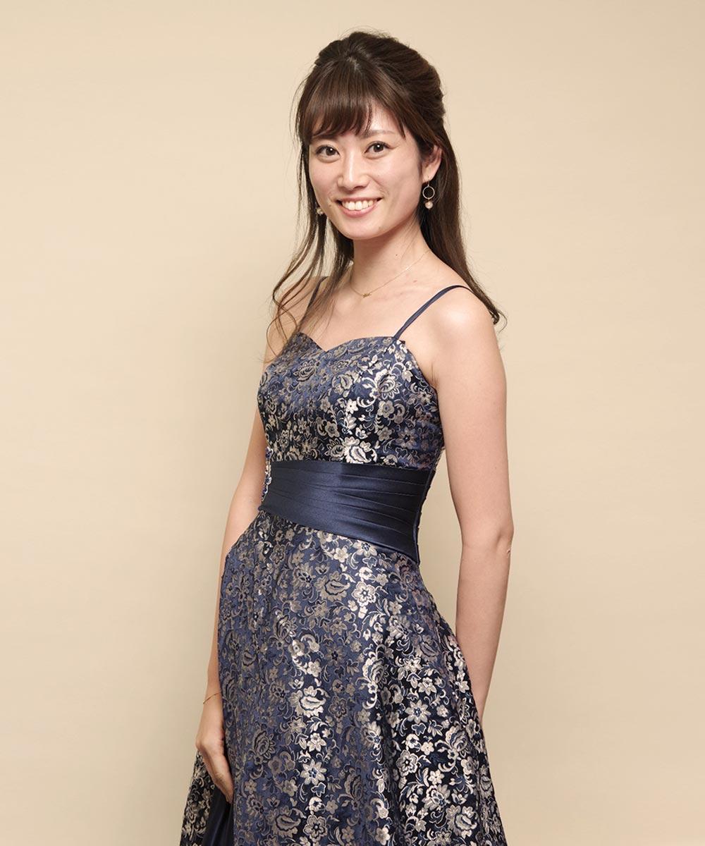 アシンメトリーデザインのネイビーカラーの演奏会ドレスを着用したプロフィール写真写真