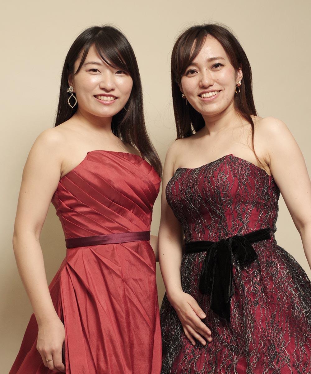 コーラスメンバーのお二人の落ち着いた色合いのカラードレスを着たアーティスト写真