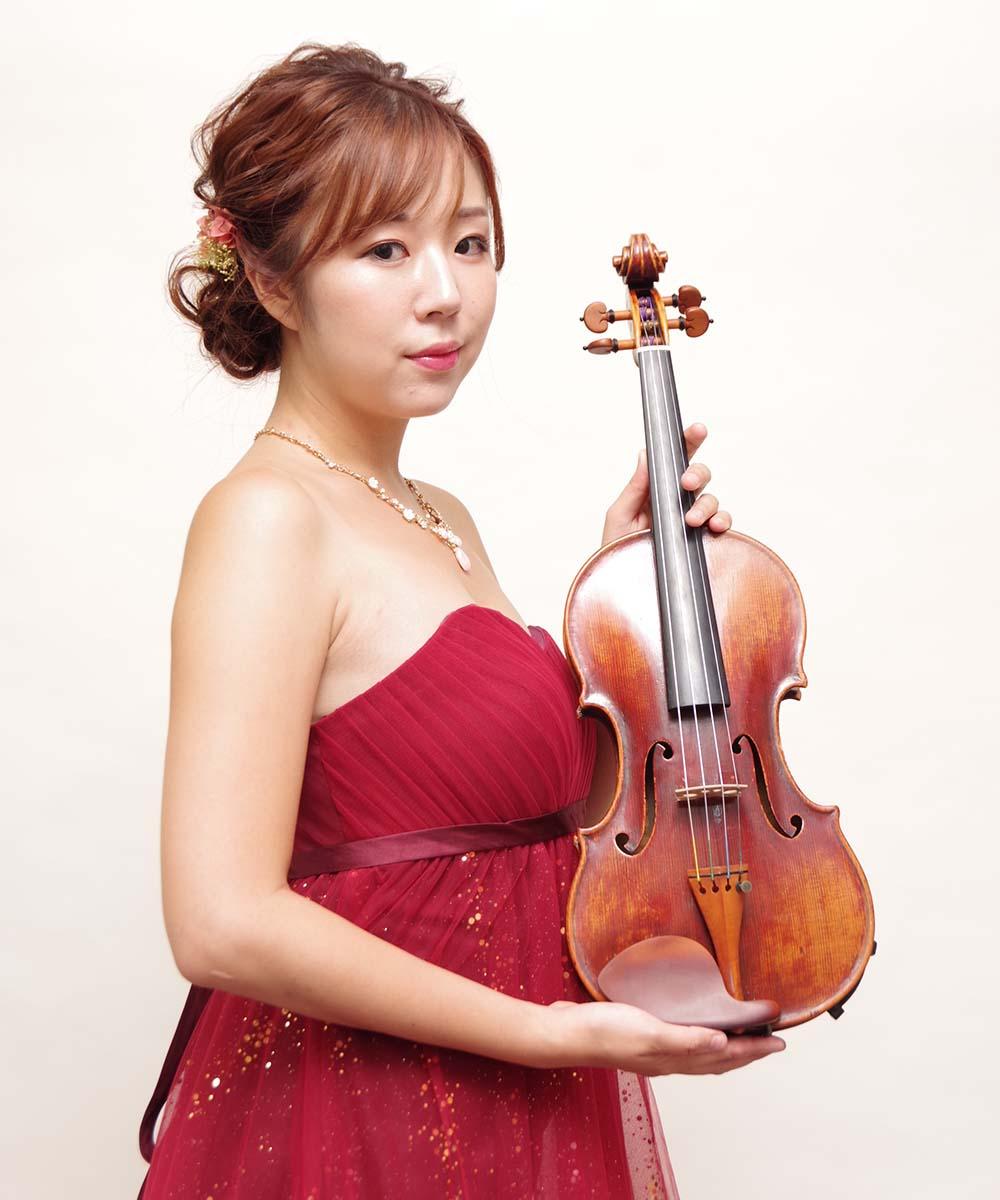バイオリン演奏会用の赤いドレスを着たプロフィール写真