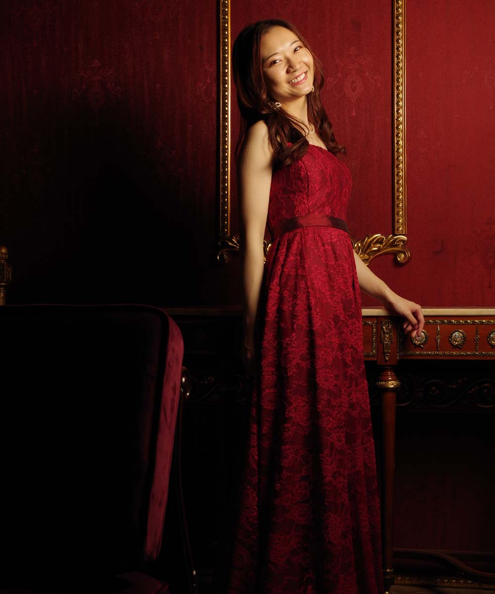 出張撮影での赤いドレスを着たピアニストのお客様の演奏会用プロフィール写真