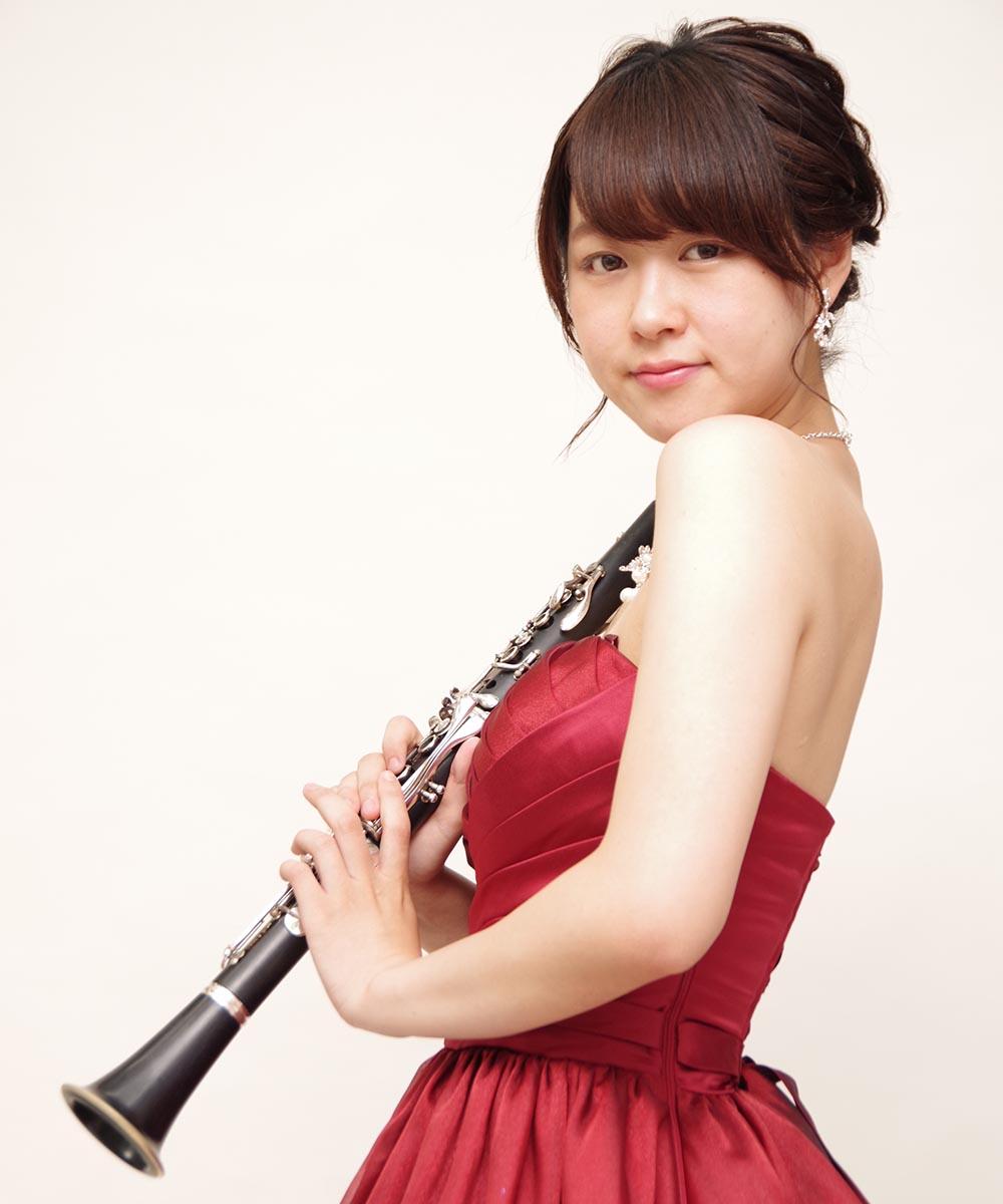 2種類のカラードレスで全身撮影を行ったクラリネット奏者のお客様のプロフィール写真