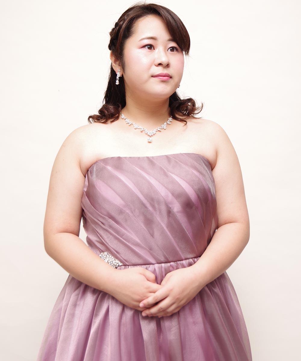 ダスティーパープルピンクのドレスを着用して視線と顔の角度の方向を切り替えながら撮影したプロフィール写真