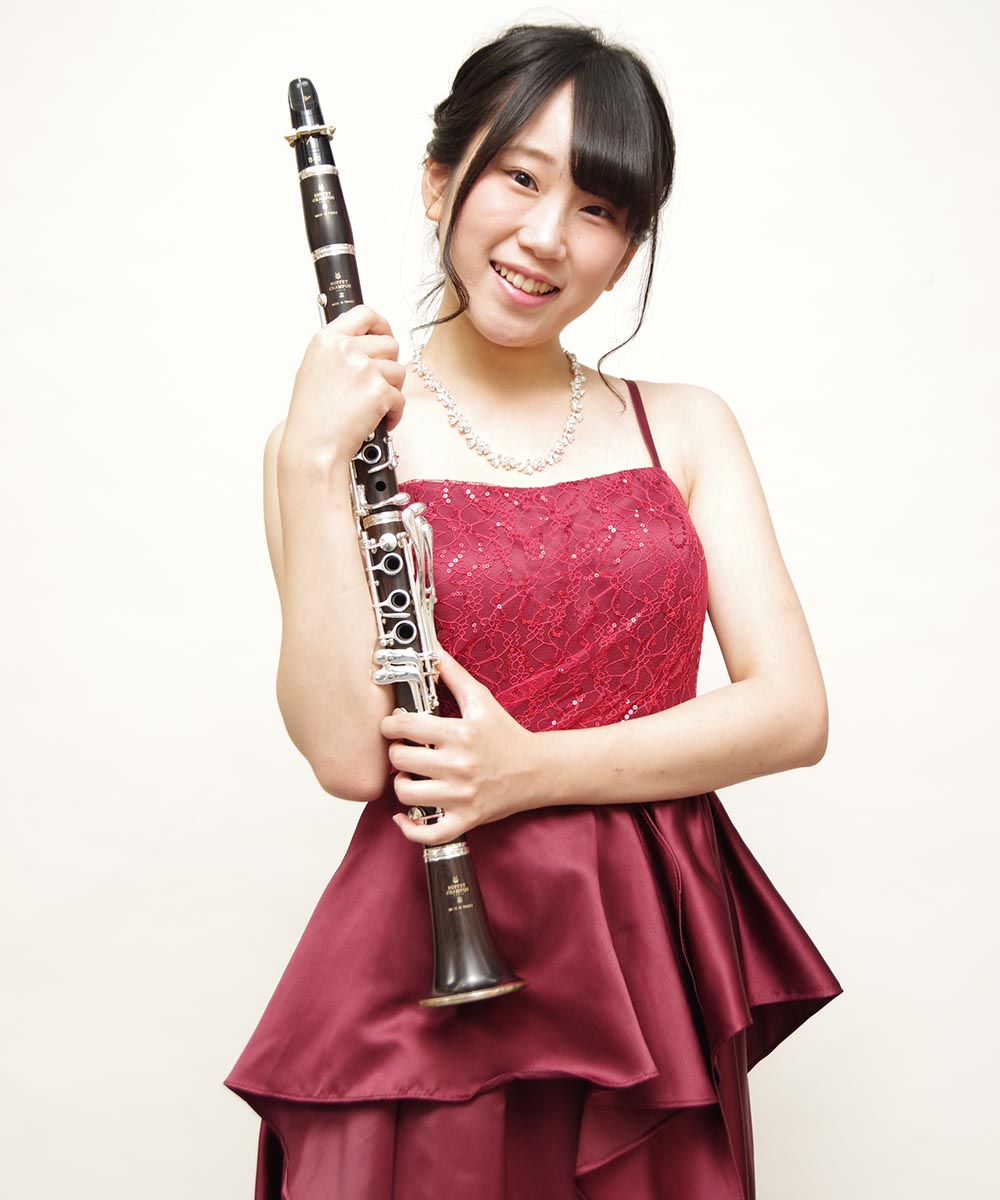 最新作のレッドカラーのロングドレスを着用されてのクラリネット奏者のお客様のプロフィール写真