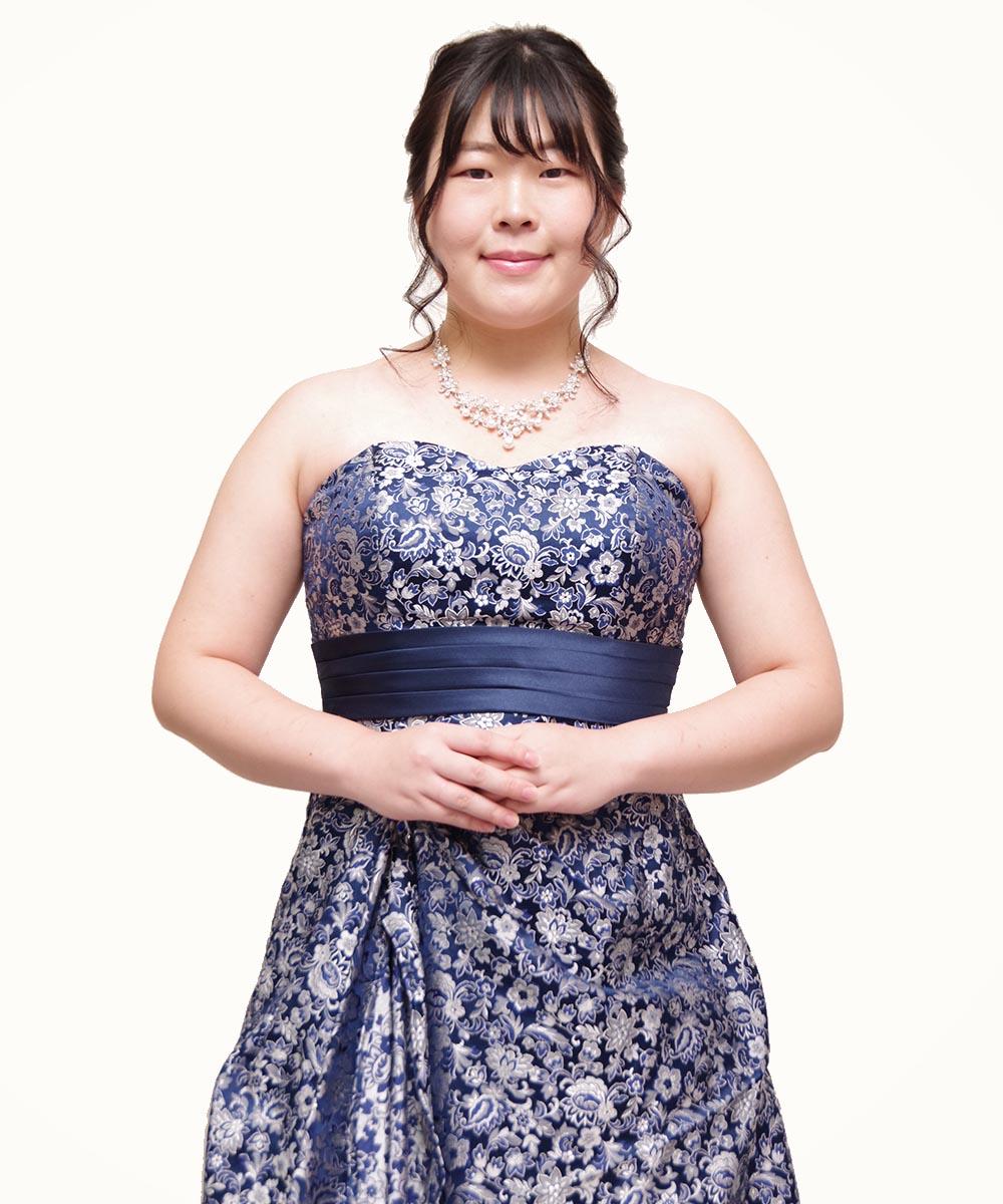 ネイビーのジャガードドレスを着用されての演奏家のお客様のプロフィール写真撮影