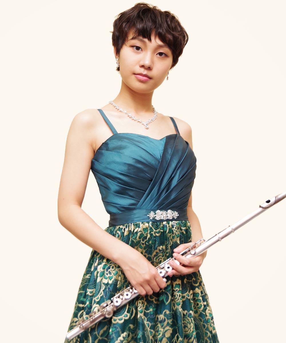 グリーンの色合いがとてもよくお似合いのフルート奏者のお客様の演奏会用写真